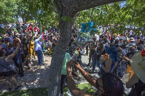 Mielenosoittajat kiinnittivät ilmapalloja puuhun, josta Fuller oli löydetty keskiviikkona.
