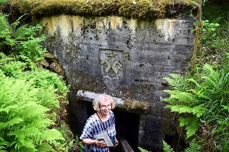 Anne Sorsa-Vainikka opastaa matkaajia Salpalinjan bunkkereissa. Hän pitää miehensä Timo Valjakan kanssa kodikasta huoneistohotellia vanhalla Rutolan koululla.