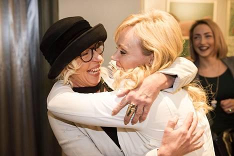 Onnea, sisko! Jaana Vuorinen antoi pikkusiskolleen Sirpalle lämpimän halauksen.
