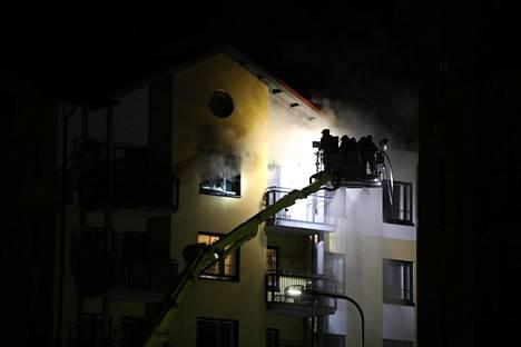 Aluksi asunnosta tuli paljon savua, lopulta myös ilmiliekkejä.