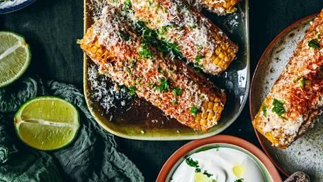 Elote on meksikolaiseen katukeittiöön kuuluva, juustolla maustettu maissintähkä.
