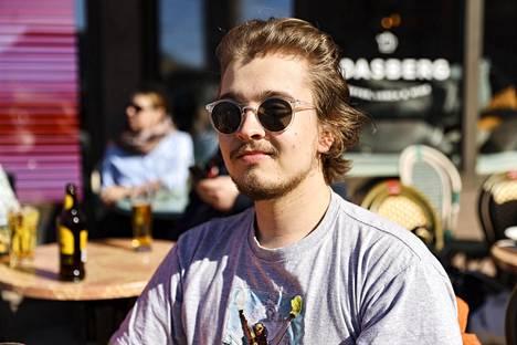"""""""Tuntuu äärimmäisen hyvältä"""", totesi Noelta Aurasmaa Cafe Roasbergin terassilla Mikonkadulla."""
