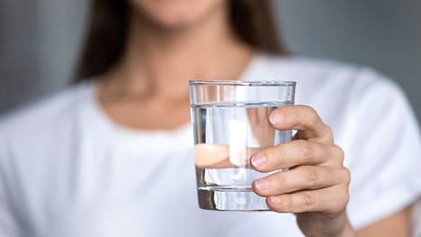 Veden juominen kosteuttaa kehoa solutasolla.