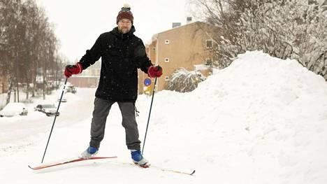Helsingin Maunulassa asuva Tomi Ollila päätti lähteä lounastauolla hiihtäen.