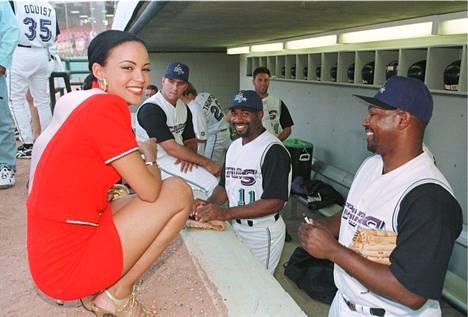 Lola Odusoga hurmasi Miss Universum -kisoissa myös paikallisen baseball-joukkueen jäsenet, kun kilpailijat vietiin tutustumaan lajiin.