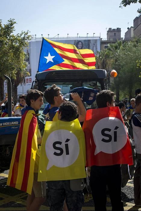 Kansanäänestyksen kannattajia Barcelonassa perjantaina.