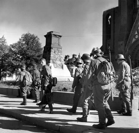 Puolustuksen romahdettua vetäytyvät suomalaiset ohittivat Viipurin tuomiokirkon.