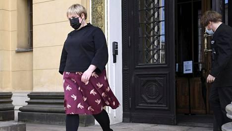Tiede- ja kulttuuriministeri Annika Saarikko (kesk) Säätytalon portailla torstaina.