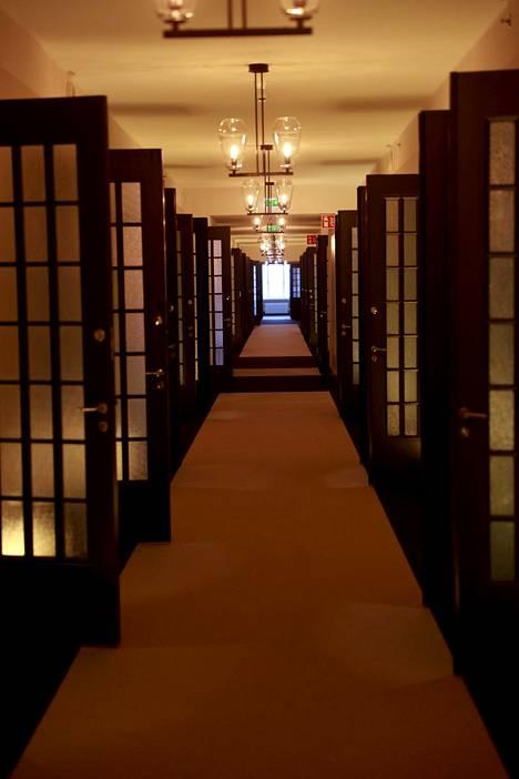 Tämä 159 metriä pitkä käytävä oli ennen Suomen pisin toimistokäytävä. Nyt sen varrella on hotellihuoneita.