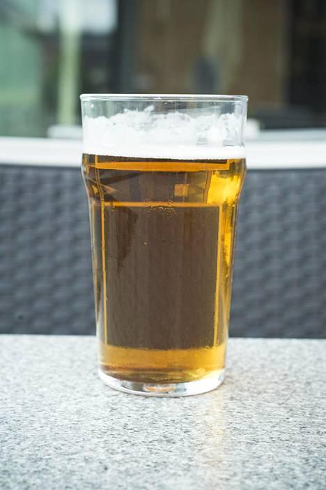 Alkoholia ei pitäisi helteellä nauttia, sillä se toimii diureettina eli poistaa nestettä.