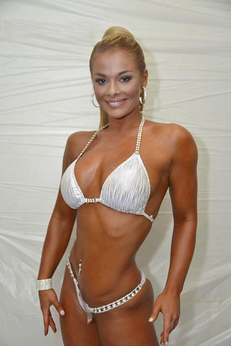 Elina kilpaili bikini fitness -lavoilla seitsemän vuotta ennen lopettamistaan.