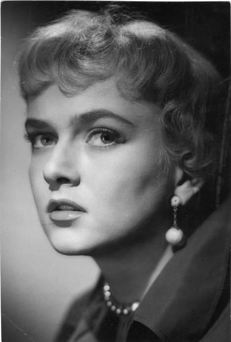Elina Pohjanpää vuonna 1957 elokuvassa Rakas varkaani.