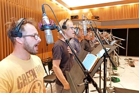 Semmareille oli järjestetty 18 mikrofonin rivistö.