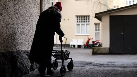 Oulussa vuonna 2016 tehdyn hyvinvointikyselyn mukaan viidesosa oululaisista ikääntyvistä kokee itsensä yksinäiseksi. Kuvituskuva.