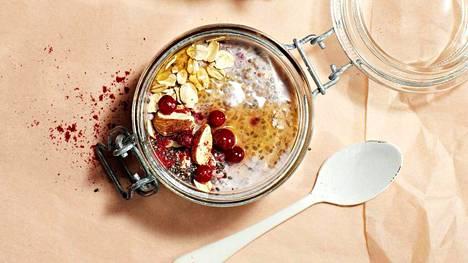 Valmiiksi jääkaappiin sekoitettu tuorepuuro on hyvä aamiainen. Purkkiin annosteltuna sen voi napata myös mukaan.