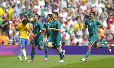 Meksikon pelaajien riemu oli käsin kosketeltavaa Wembleyn stadionilla. Olympiakultaa pidetään maan jalkapallon suurimpana saavutuksena.
