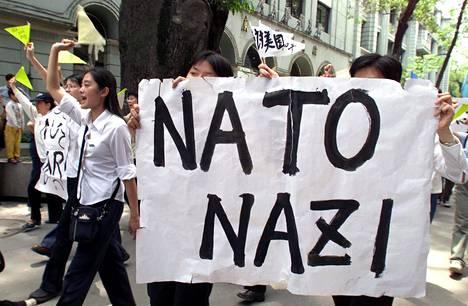 Kiinalaisopiskelijat osoittivat mieltään Nato-koneiden harhaiskun jälkeen Guanzhoussa toukokuussa 1999.