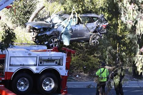 Tiger Woodsin autoa nostettiin kuljetettavaksi pois tiistaina.
