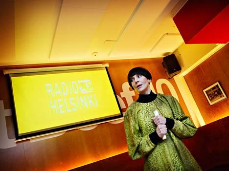 Radio Helsingin päätoimittaja Maria Veitola esitteli kanavan uutta ohjelmakarttaa viime vuonna.