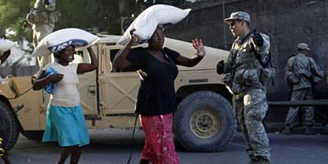 Amerikkalaissotilaat turvasivat Port-au-Princessä vain naisille tarkoitetun ruuanjakelun sujumista.