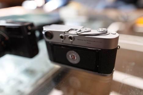 Tämän Leica M2:n tekee erikoiseksi se, että runkoon on kaiverrettu vanhan maahantuojan nimi Oy Christian Nissen AB.