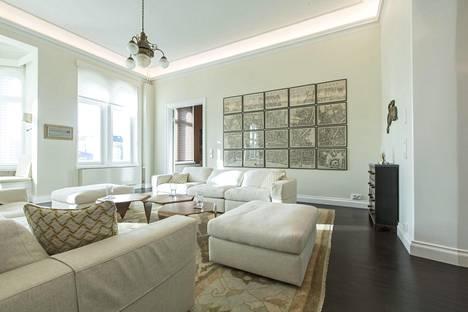 Tammilattiaa hallitsee yli 50 vuotta vanha turkkilainen matto. Vanhan Lontoon kartan liskäsi seinällä on taiteilija Pekka Halosen työ ja seunustalla vanhojen amerikkalaisapteekkien lipastot.
