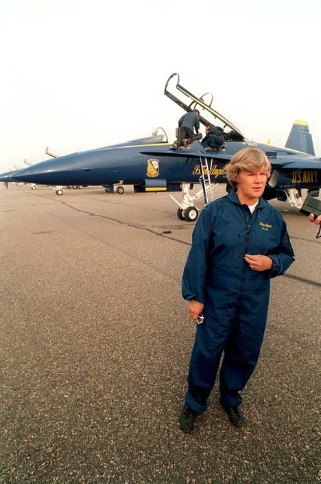 Vuonna 1992 Elisabeth Rehn tutustui F/A-18 Hornet -hävittäjään.