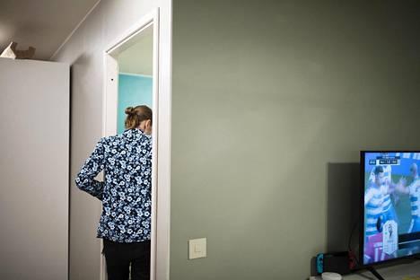 Ilari ja Otto Lehtinen ottavat toisistaan mittaa olohuonejalkapallossa lähes joka ilta. Sitä varten on tehty myös omat varoituskortit. Isosisko Ada ei lähtenyt tällä kertaa huoneestaan mukaan peleihin.