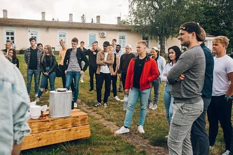 Jarno Puumalaiselle (punaisessa takissa) ESB oli ensisijainen valinta. Vielä 2020 syksyllä tutustumisviikolla päästiin Viron merimuseoon muiden uusien opiskelijoiden kanssa