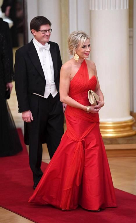 Kansanedustaja Pia Kauma pukeutui kokopunaiseen, yksiolkaimiseen pukuun.