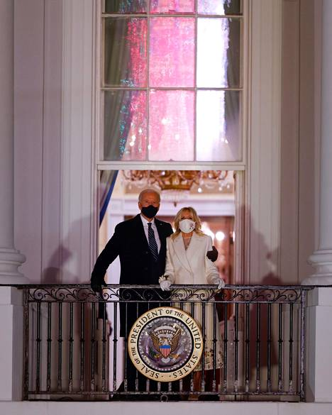Presidenttipari seurasi ilotulitusta Valkoisen talon sinisen huoneen parvekkeelta.
