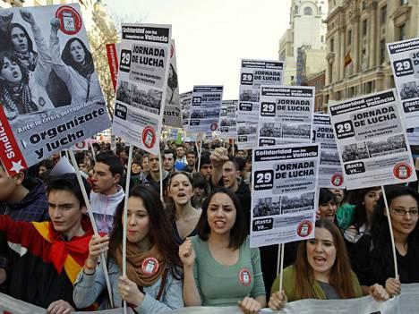 Nuoret osoittivat mieltään koulutuksen heikennystä vastaan Madridissa helmikuun lopussa.