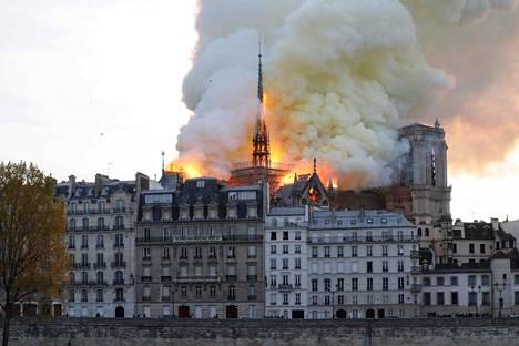 Katedraali sijaitsee aivan Pariisin keskustassa Seinen varrella.