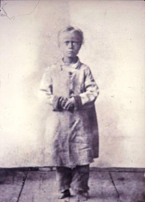 Harvinainen kuva suurelta nälkävuodelta 1868. Kerjuulle lähteneen padasjokelaisen pojan vatsa on turvonnut ruuan puutteen vuoksi. Viljasato romahti, mutta maitotuotteiden ja lihan tuotanto ei juurikaan. Havainto muutti Suomen elintarviketuotantoa pysyvästi.