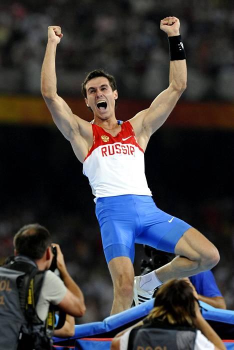 Jevgeni Lukjanenko juhlii Pekingin olympiakisoissa 2008 voittamaansa olympiahopeaa.