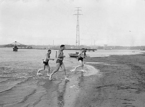 Hietanimen uimaranta on ollut kaupunkilaisten suosiossa viime vuosisadan alusta saakka. Kuva vuodelta 1962.