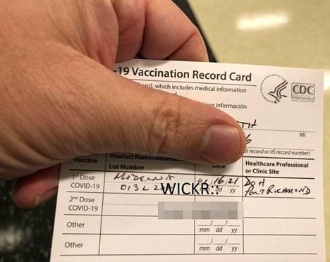Moni taho myy pimeässä verkossa väärennettyjä rokotustodistuksia. Kohderyhmä ovat ihmiset, jotka eivät halua ottaa rokotusta.