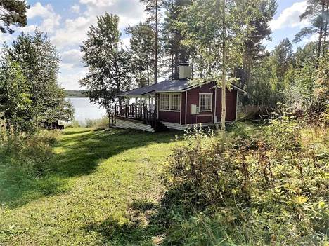 Hiekkapohja, kirkasvetinen järvi sekä reilun 60 metrin oma rantaviiva ovat kiinnostaneet ostajia. Näillä puitteilla hintapyyntö on 90000 euroa.