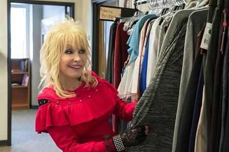 73-vuotias Dolly Parton alustaa itse tunnin mittaiset jaksot.