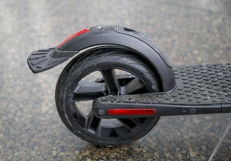 Potkulaudan saa pysähtymään myös takapyörän manuaalisella jarrulla.