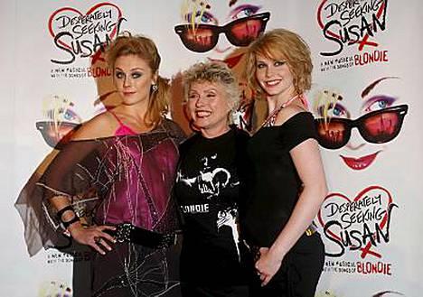 Desperately Seeking Susan -musikaalintähdet Kelly Price ja Emma Williams poseerasivat Blondien Deborah Harryn(keskellä) kanssa.