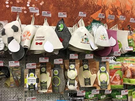 Hotellin lähellä olevassa supermarketissa on myynnissä myös venäläisiä saunahattuja.