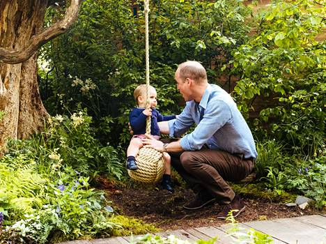 Prinssi William auttoi kuopustaan keinumaan köydessä.