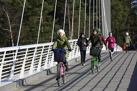 Pyöräilijöitä Kalasataman ja Mustikkamaan välisellä sillalla Helsingissä sunnuntaina.