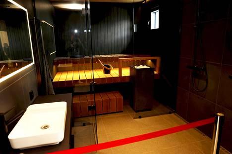 Finnlog Hetenan saunassa lauteet ovat lämpimän ruskeaa termoleppää ja seinäpaneelit tummaksi käsiteltyä mäntyä.