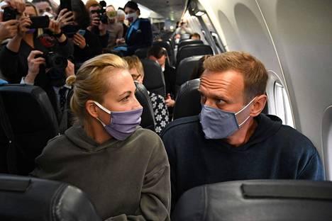 Julia ja Aleksei Navalnyi kuvattuna Pobedan koneessa, joka nousi sunnuntaina iltapäivällä Berliinistä kohti Moskovaa.