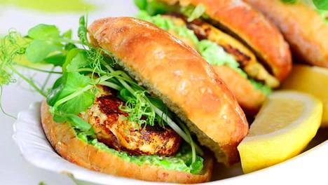 Vaaleasta kalasta valmistuu makoisat pihvit. Ne voi tarjota vaikka sämpylän välistä hampurilaisen tapaan.