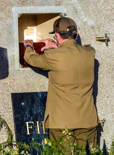 Kuuban nykyinen presidentti Raul Castro asetti vanhemman veljensä tuhkauurnan Santa Ifigenian hautausmaan uurnaholviin.