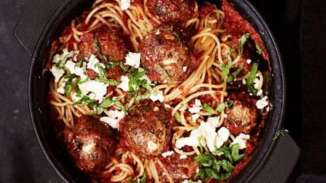 Tomaattikastikkeessa haudutetut lihapullat maistuvat spagetin kanssa.