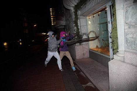 Lähiöstä linnaan -mielenosoituksessa särjettiin ikkunoita muun muassa pyörätelineellä.